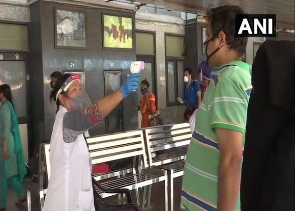 Special trains with passengers from Mumbai and Howrah arrive at Delhi. Photo/ ANI